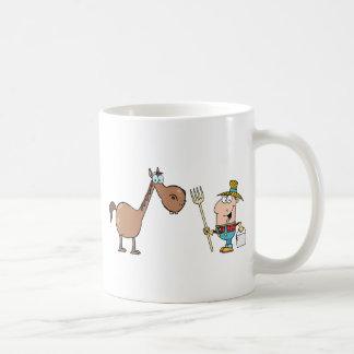 Granjero de sexo masculino con el caballo tazas de café