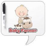 Granjero del bebé con la vaca pizarra