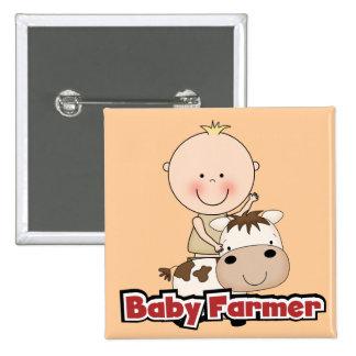 Granjero del bebé con las camisetas y los regalos pins