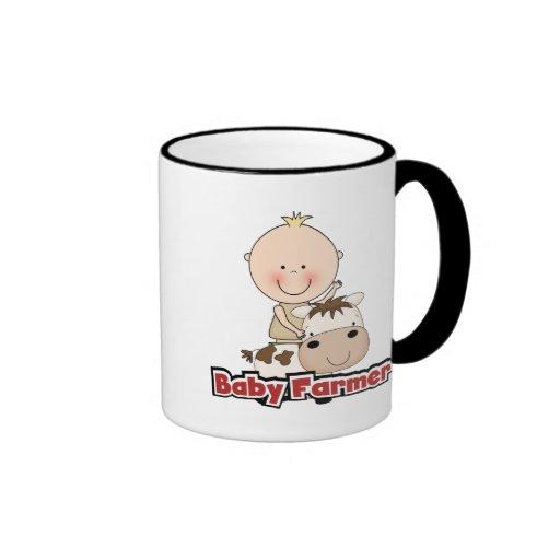 Granjero del bebé con las camisetas y los regalos  tazas de café