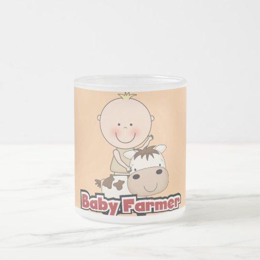 Granjero del bebé con las camisetas y los regalos  tazas