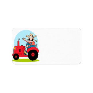granjero del dibujo animado que monta un tractor r etiquetas de dirección