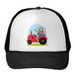 granjero del dibujo animado que monta un tractor r gorro de camionero