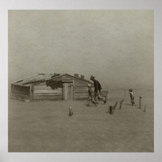 Granjero e hijos que caminan en una tormenta del p impresiones