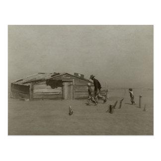 Granjero e hijos que caminan en una tormenta del p tarjeta postal