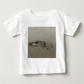 Granjero e hijos que caminan en una tormenta del t-shirt