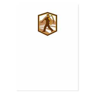 Granjero orgánico que camina sosteniendo la tarjetas de visita grandes