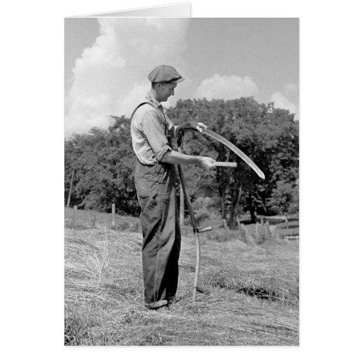 Granjero que afila una guadaña, los años 30 tarjeta de felicitación