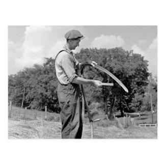 Granjero que afila una guadaña, los años 30 postal