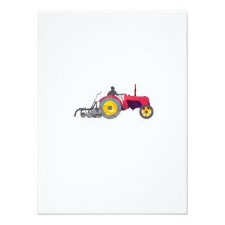 Granjero que conduce el polígono bajo del tractor invitación 13,9 x 19,0 cm