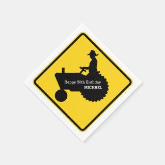 Granjero que conduce la señal de tráfico del servilletas desechables