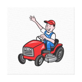 Granjero que conduce paseo en el tractor del corta lona envuelta para galerías