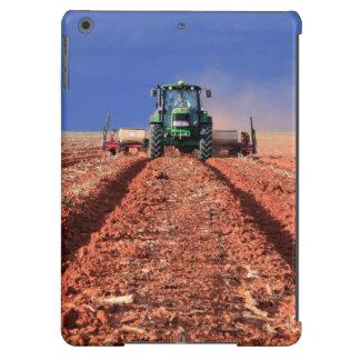 Granjero que planta el maíz usando el tractor, funda para iPad air