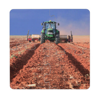 Granjero que planta el maíz usando el tractor, posavasos de puzzle