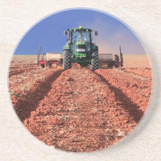 Granjero que planta el maíz usando el tractor, posavasos personalizados