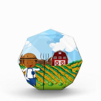 Granjero que trabaja en las tierras de labrantío