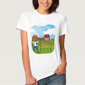 Granjero que trabaja en las tierras de labrantío playeras