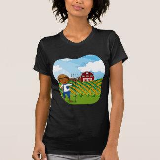 Granjero que trabaja en las tierras de labrantío remeras