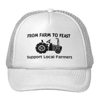Granjeros de la ayuda de la granja a festejar gorras de camionero