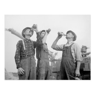 Granjeros que beben a Beer, 1941 Tarjeta Postal