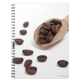 granos de café de la carne asada con la cucharada libros de apuntes