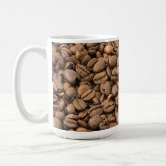 Granos de café en la taza de café