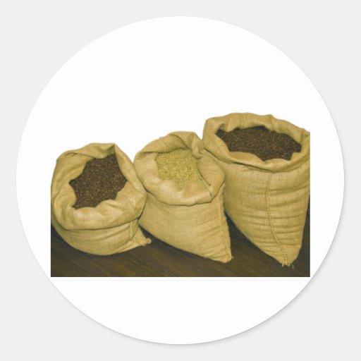 granos de café en saco de la arpillera etiqueta redonda