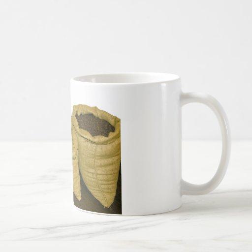granos de café en saco de la arpillera taza clásica