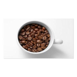 Granos de café en una tarjeta de visita de la taza