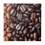 Granos de café - luz entera y oscuridad asadas azulejo