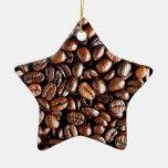 Granos de café oscuros y modelo asado de la adorno de cerámica en forma de estrella