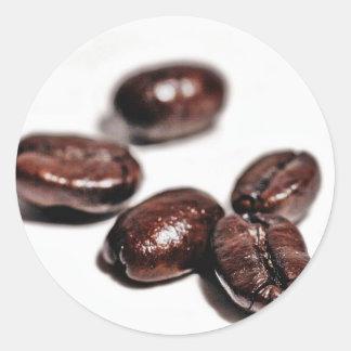 Granos de café tirados en mi nuevo estudio etiqueta redonda