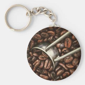 Granos de café y cucharada del metal llavero redondo tipo pin