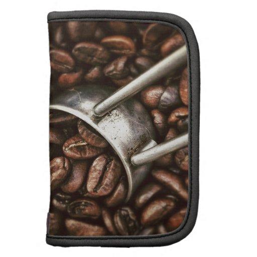 Granos de café y cucharada del metal organizadores