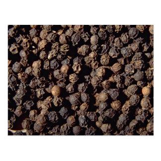 Granos enteros de la pimienta negra postal