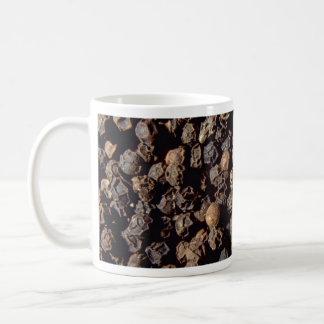 Granos enteros de la pimienta negra taza