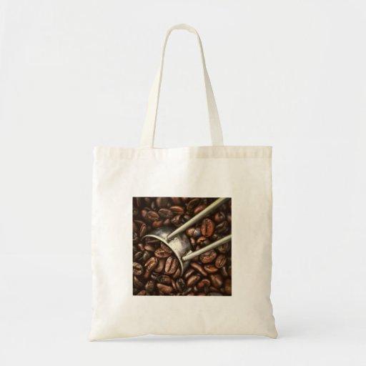 Granos y cucharada de café bolsa