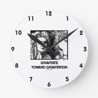 Gravite hacia la gravitación (Issac Newton) Reloj Redondo Mediano