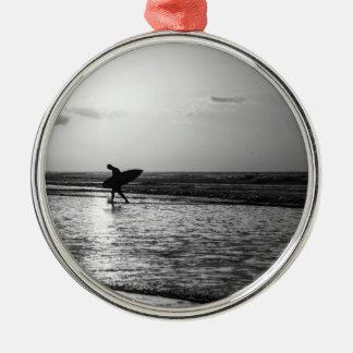 Grayscale de la persona que practica surf de la adorno navideño redondo de metal