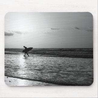 Grayscale de la persona que practica surf de la mousepads