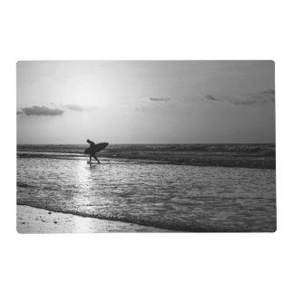 Grayscale de la persona que practica surf de la tapete individual