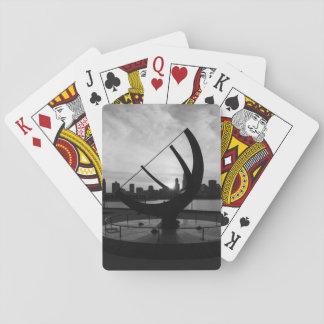 Grayscale de la puesta del sol del reloj de sol barajas de cartas