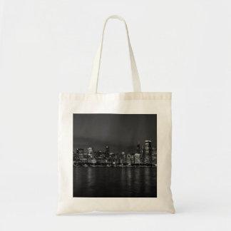 Grayscale del paisaje urbano de la noche de