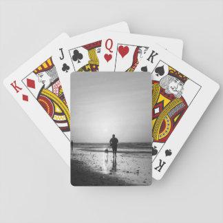 Grayscale del paseo de la mañana barajas de cartas
