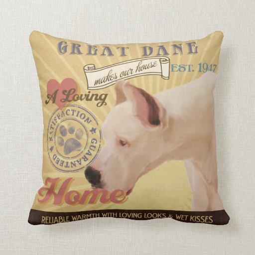 Great dane cariñoso hace nuestro hogar de la casa almohadas