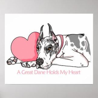 Great dane detiene al Harlequin del corazón Poster