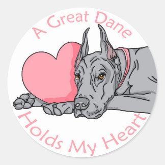 Great dane lleva a cabo el corazón azul etiquetas redondas