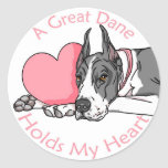 Great dane sostiene la capa del corazón etiqueta redonda