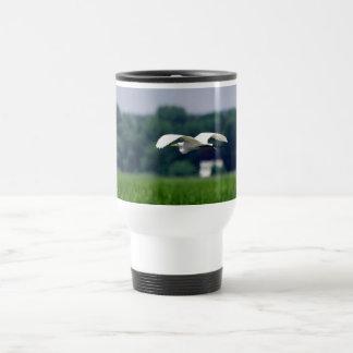 Great Egret in flight - Travel mug