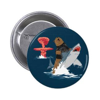 Great Escape - caballería del tiburón del oso Pin Redondo De 2 Pulgadas